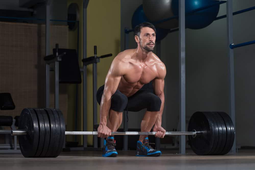 hombre levantando peso muerto entrenando