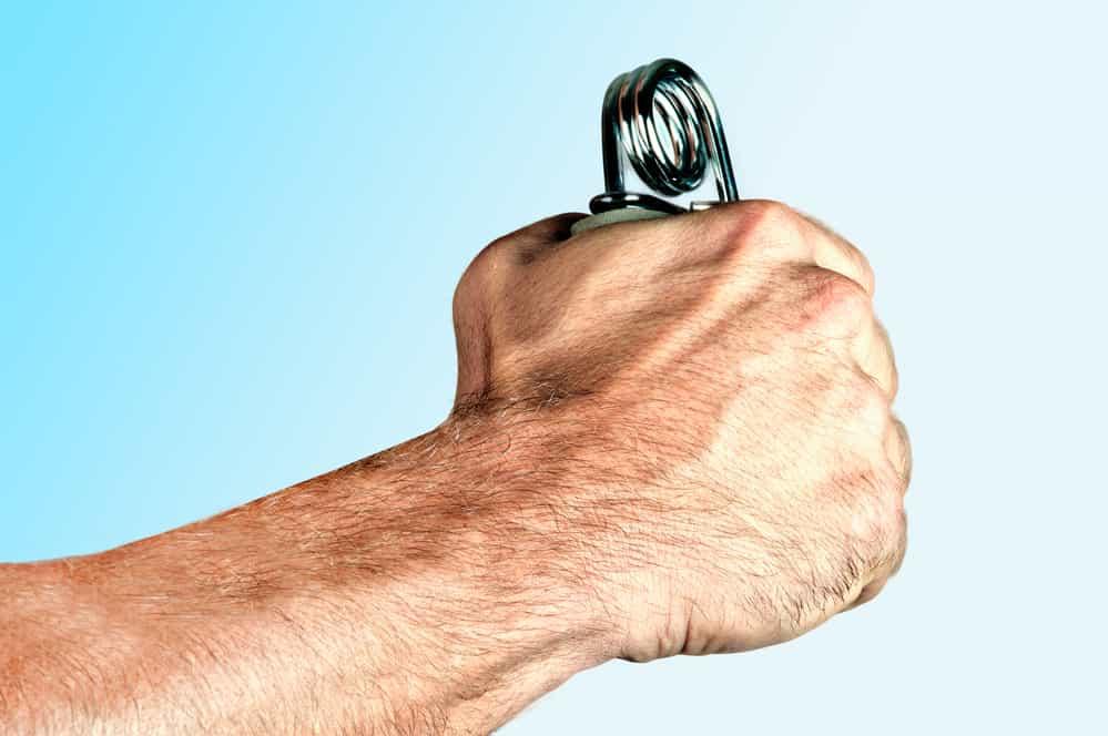Hombre apretando fortalecedor de manos