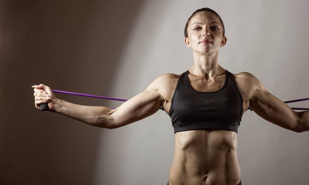 Mujer haciendo ejercicio con las mejores bandas elásticas