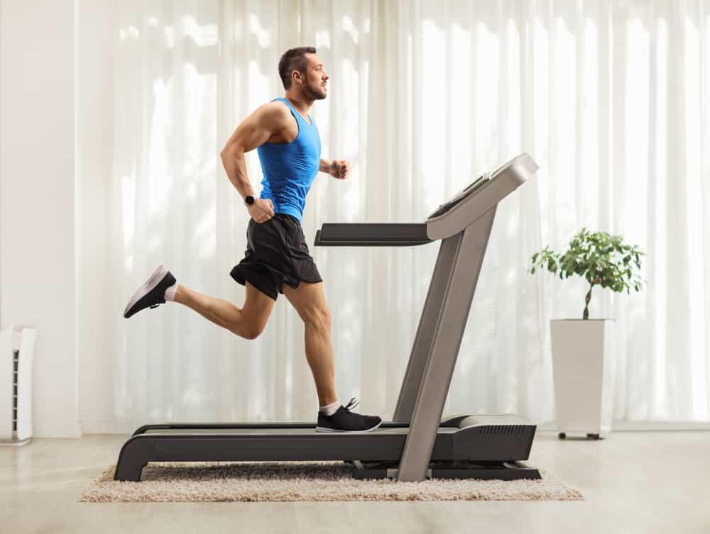 hombre corriendo en una cinta
