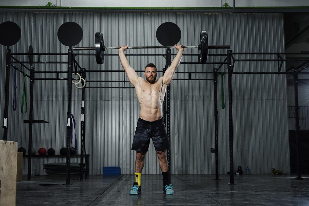 Hombre levantando una barra con calcetines para halterofilia