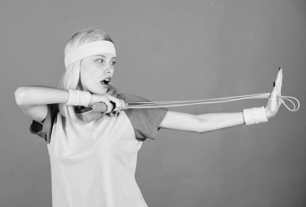 Mujer entrenando con unas muñequeras lastradas