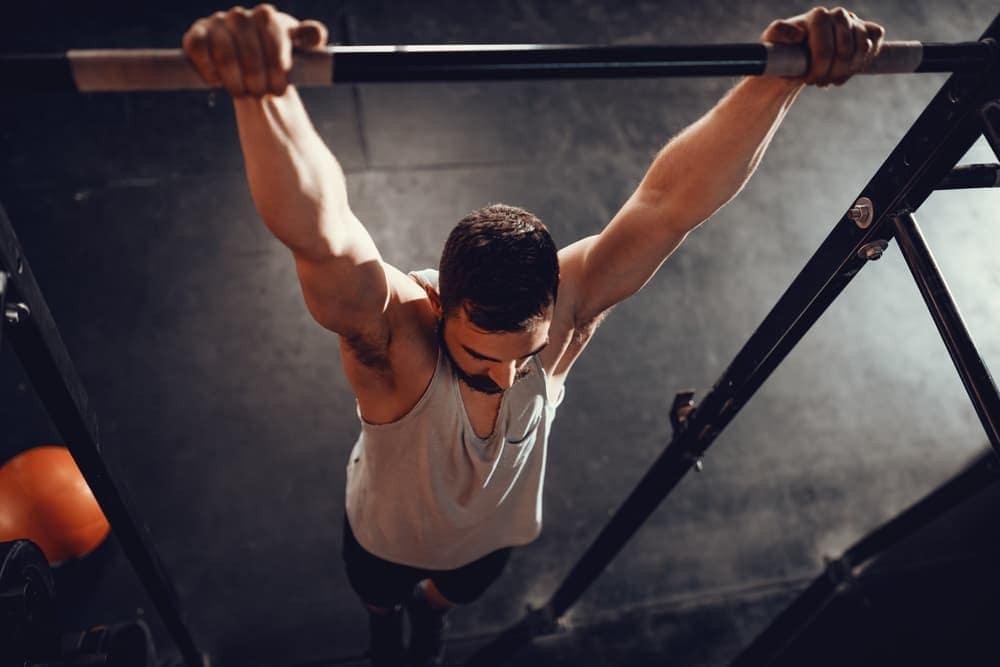 Hombre entrenando en una torre de ejercicios