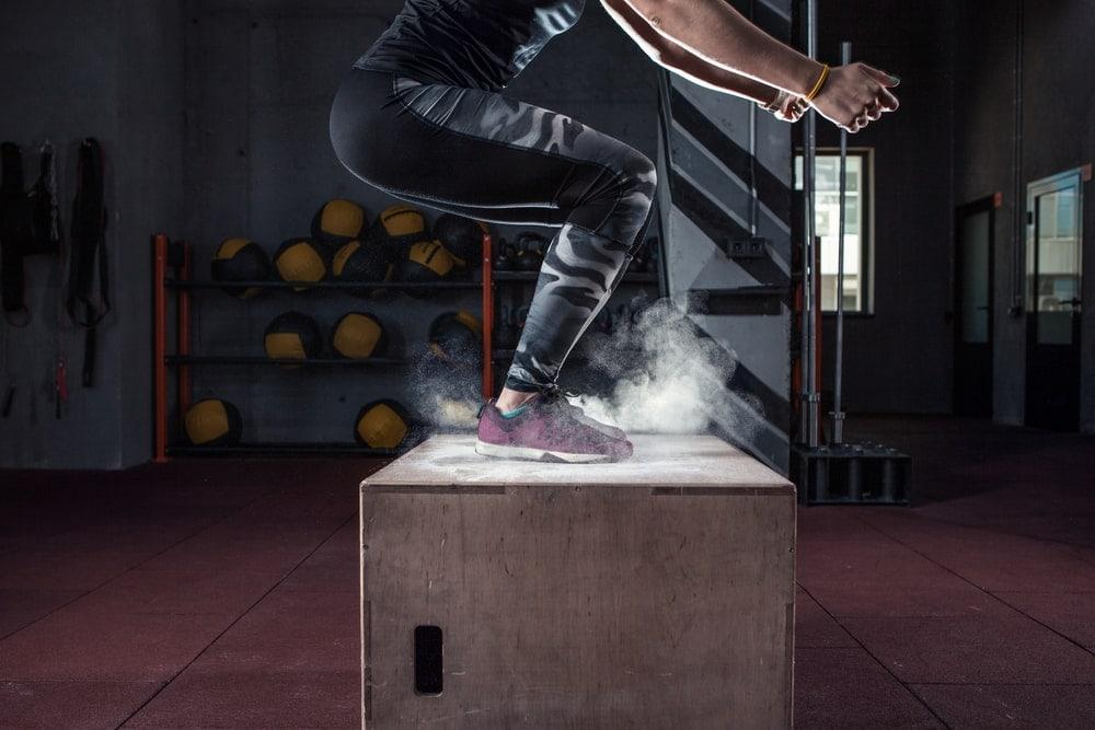 Hombre entrenando con un cajón pliometrico barato