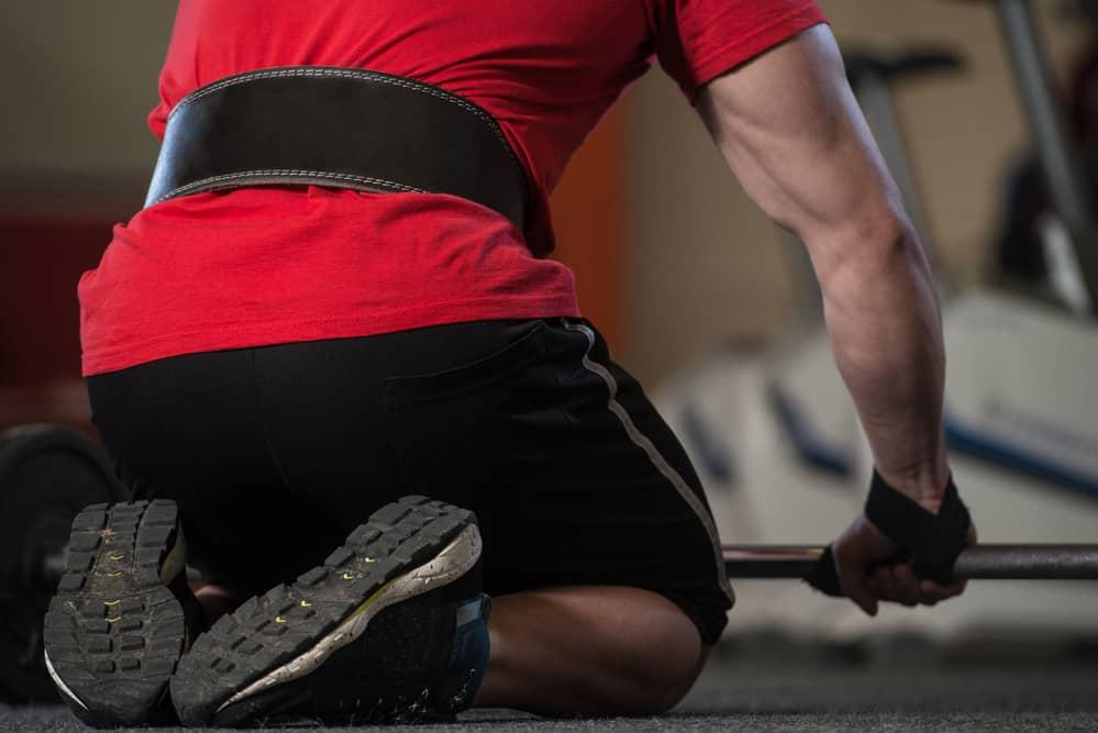 Hombre entrenando con correas para levantamiento de pesas