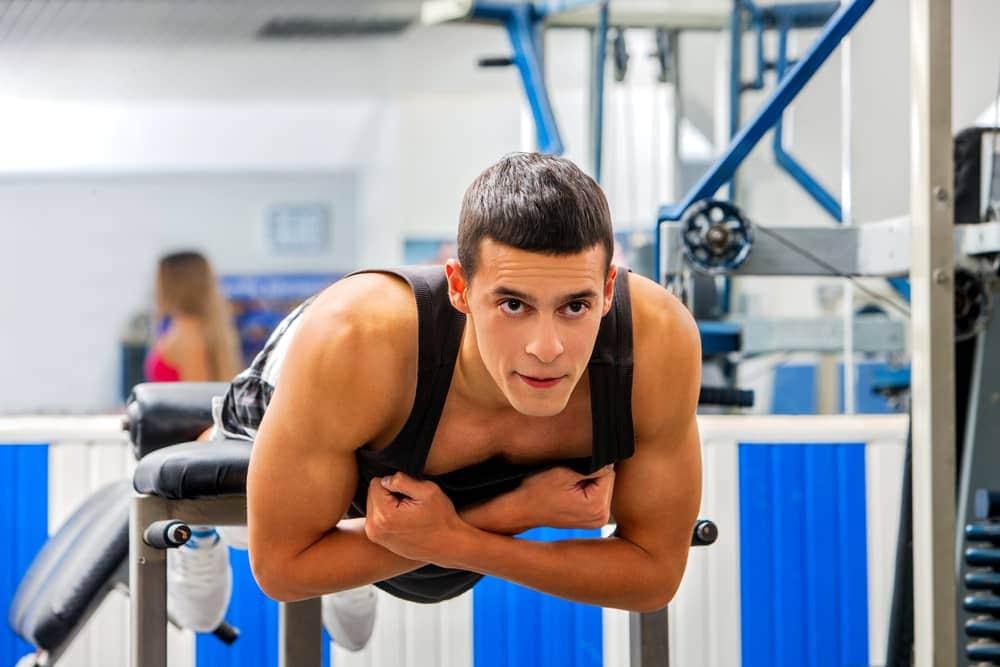 Hombre entrenando en una máquina lumbares