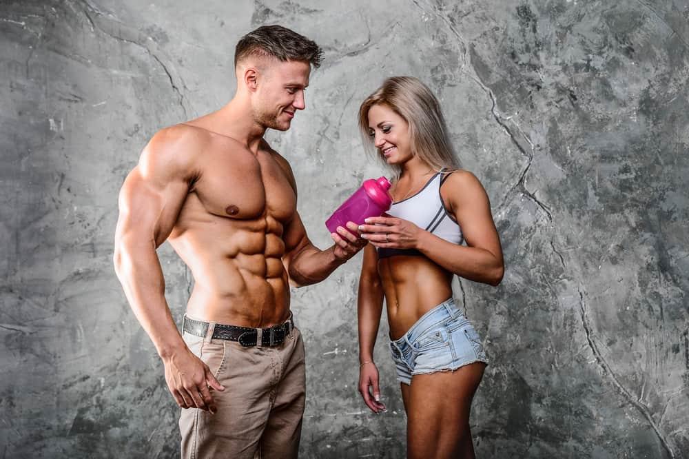 hombre y mujer tomando un batido de proteínas