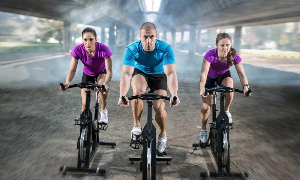 Personas entrenando con bicicletas de spinning baratas