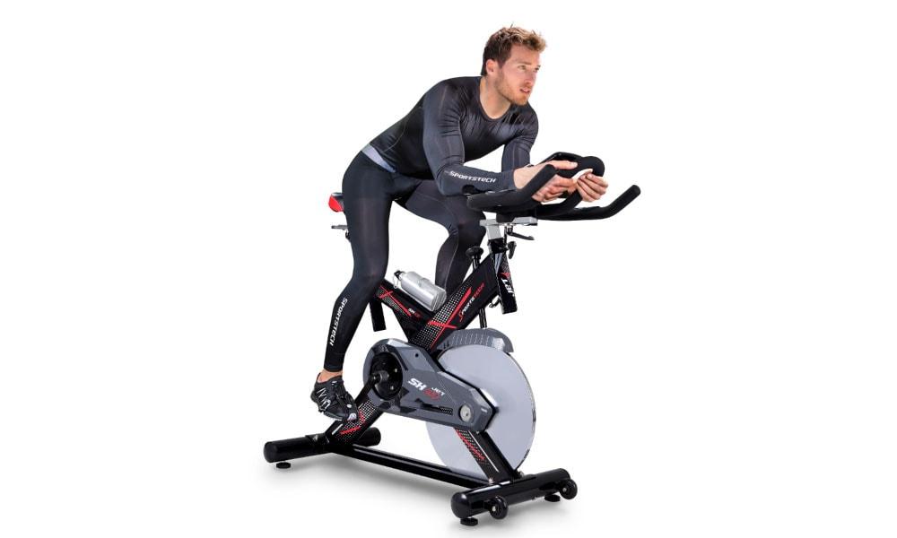 Hombre ejercitándose en la bici sportstech SX400