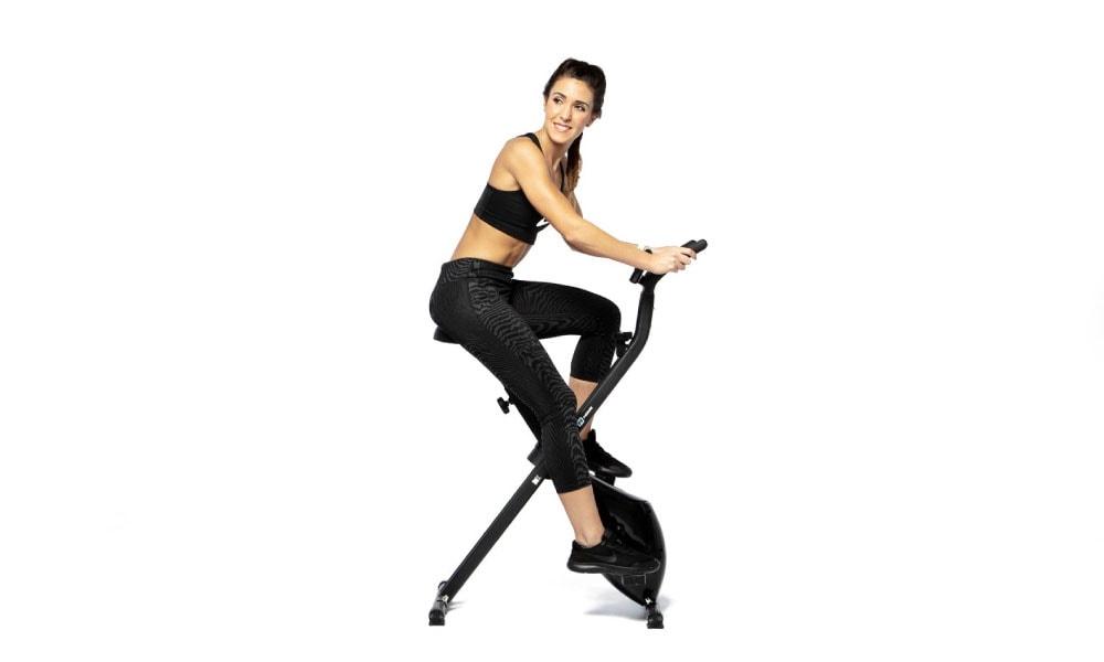 Mujer entrenando en una bodytone dux x bike