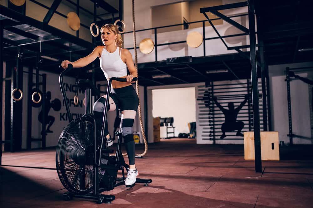 Mujer entrenando en bicicletas de aire