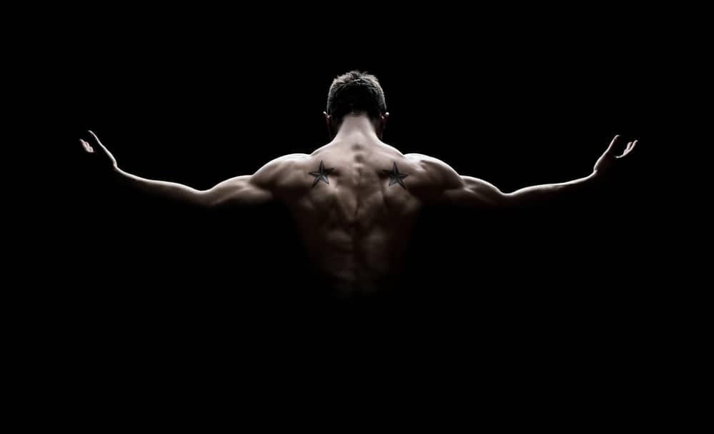 Hombre mostrando su espalda después de hacer ejercicios espalda