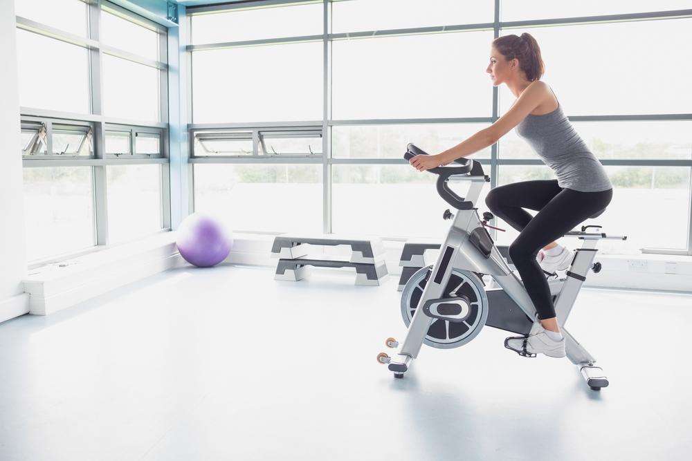 mujer haciendo spinning en bicicleta de spinning recomendada