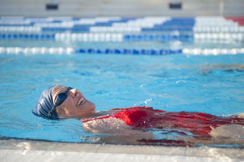 Mujer descubriendo cómo aprender a nadar a los 50 años
