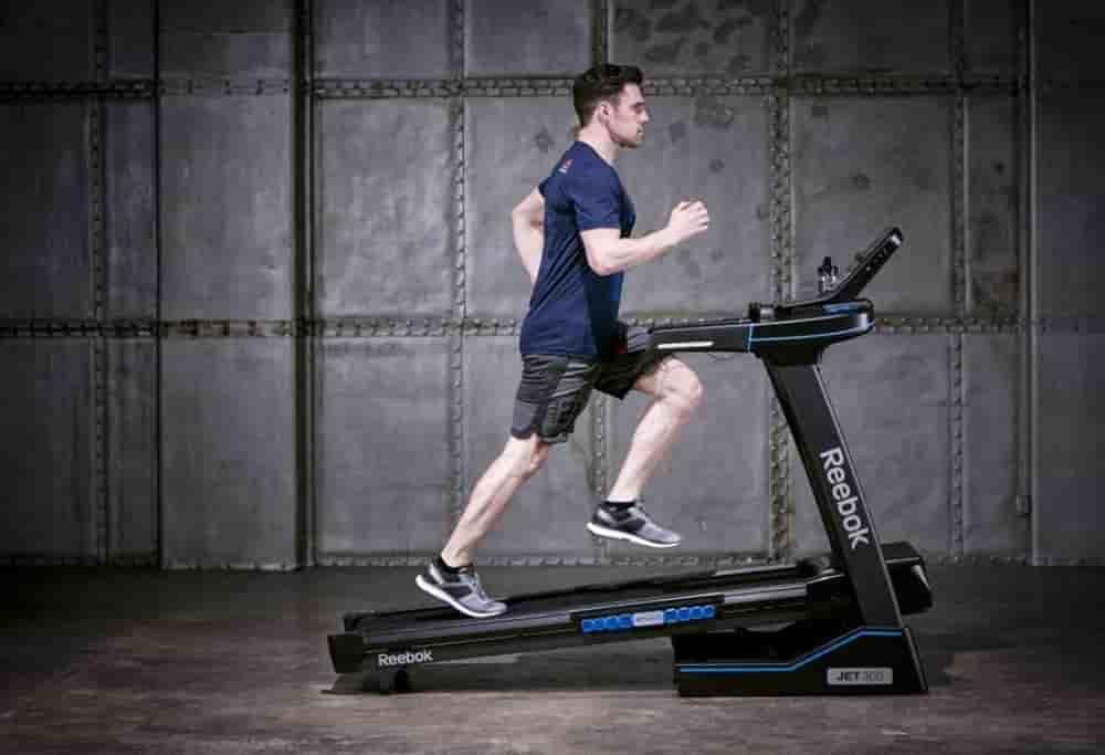 Hombre corriendo en cinta de correr Reebok jet series 300
