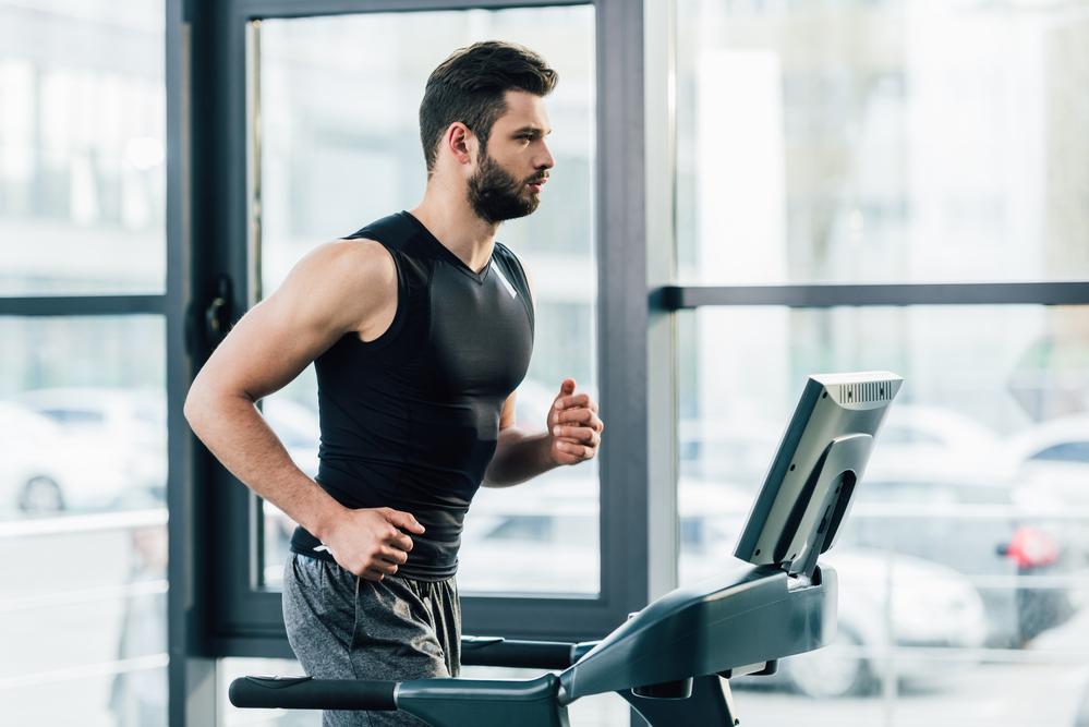 Músculos que se ejercitan en la cinta de correr durante el entrenamiento de un hombre