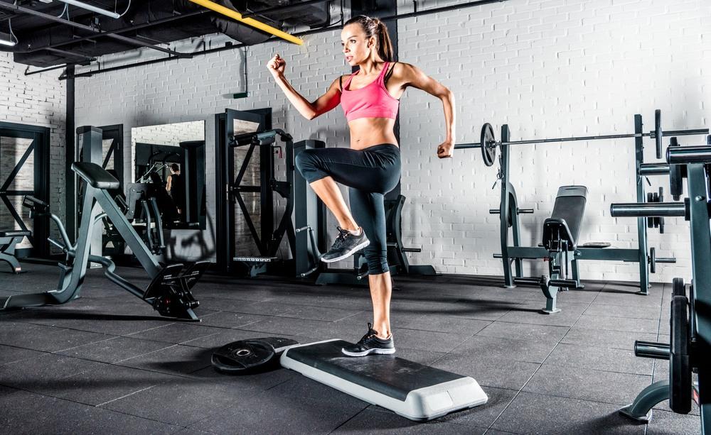 Mujer entrenando en un step fitness