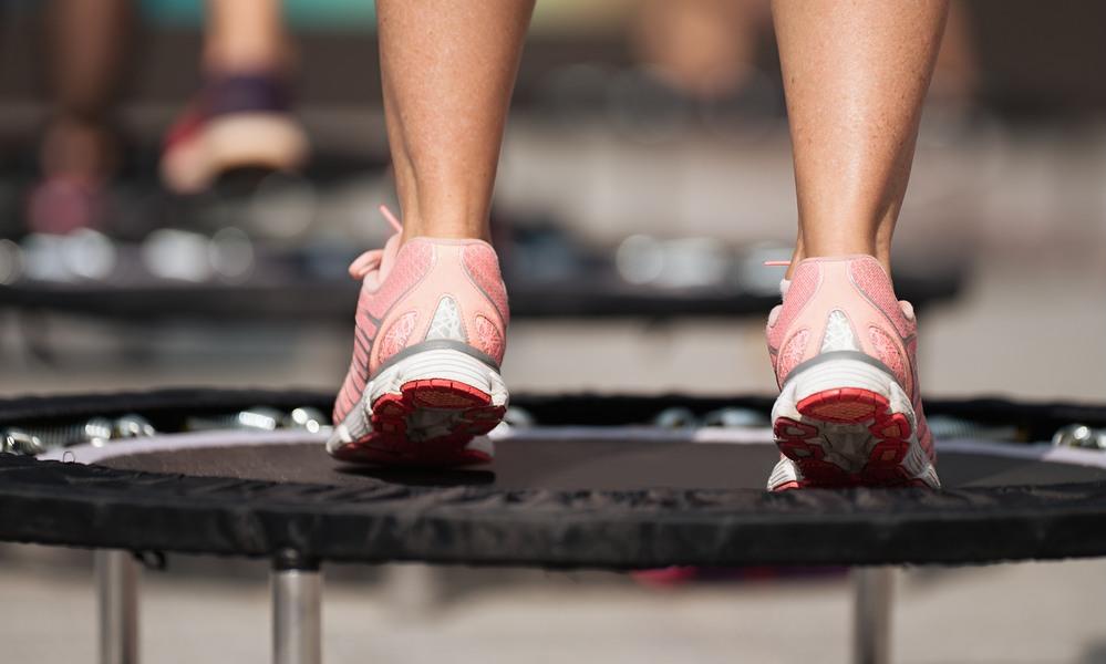 Mujer saltando en un trampolín fitness
